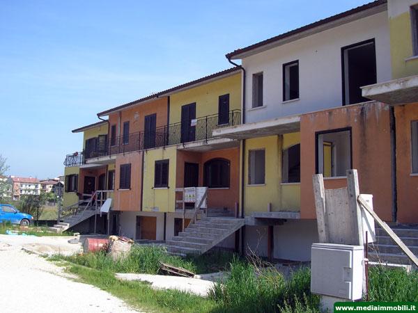 Villetta a schiera con giardino in vendita a bojano for Case di tronchi con planimetrie seminterrato